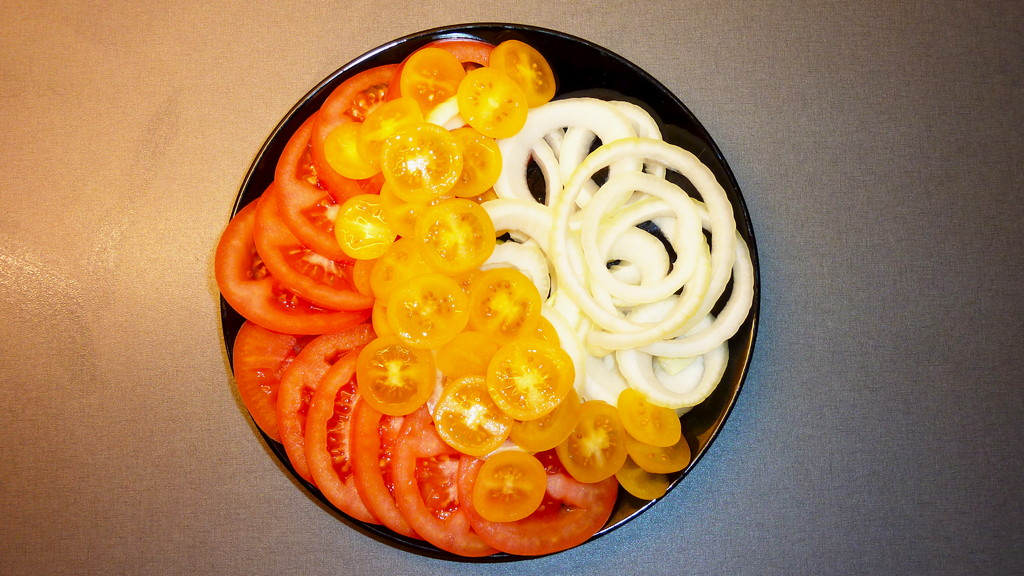 Fresh tomatoes and onion slices